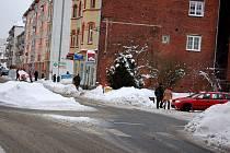 Kruhová křižovatka v centru Kraslic.