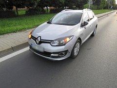 Řidič od nehody ujel, policie hledá svědky kolize v Sokolově.