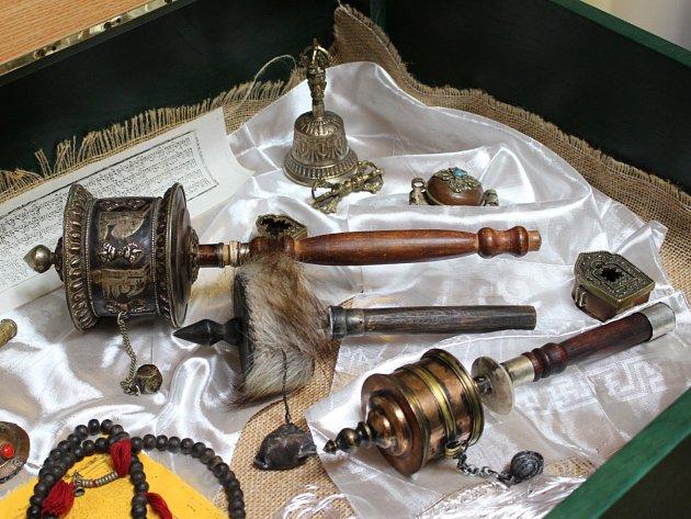 Na výstavě v loketské knihovně se seznámíte s knižní kulturou i artefakty ze života Tibeťanů.
