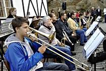 Muzikanti ZUŠ Kraslice zahráli na nádraží, kde se odhalovala pamětní deska.