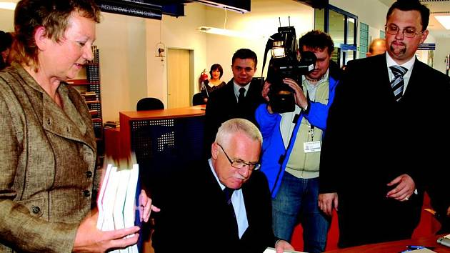 Krajskou knihovnu v Karlových Varech navštívil i prezident Václav Klaus.
