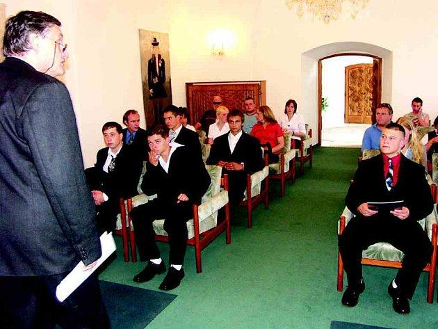 Maturitní vysvědčení přebírají studenti v sokolovském zámku.