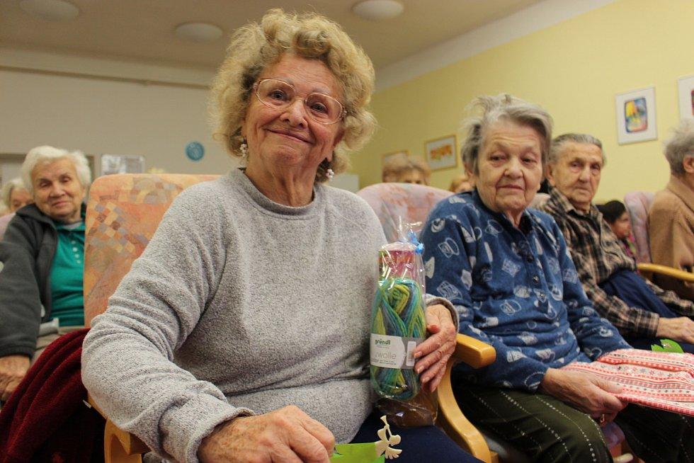 Dárky udělaly seniorům velkou radost.