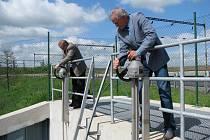 Generální ředitelé Sokolovské uhelné František Štěpánek a Povodí Ohře Jiří Nedoma (zprava) včera otáčením kohoutů otevřeli napouštěcí kanál, kterým bude přitékat voda z řeky.