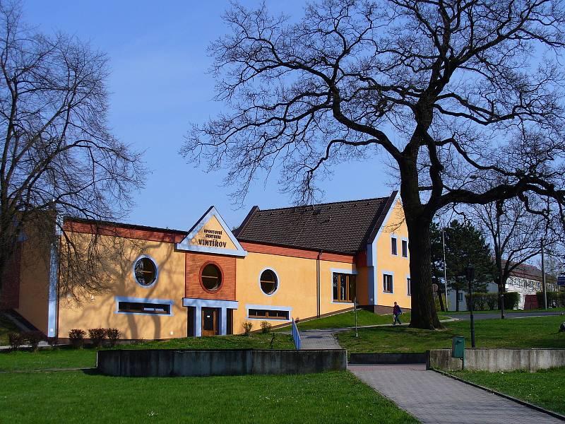 Ve Vintířově postavili dětská hřiště a řidiči dostali nová parkovací místa.