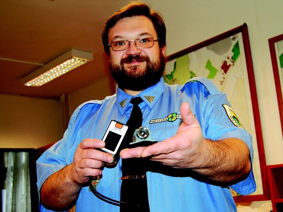 Strážníci v Chodově používají miniaturní kameru.
