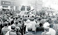 Na snímku blokují davy obrněný transportér na Starém náměstí v Sokolově.