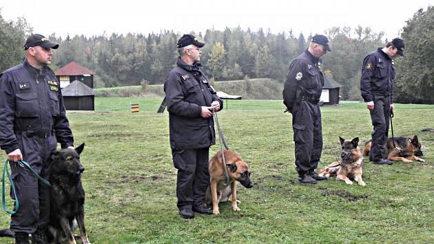 VLEVO policejní pes Adag se svým psovodem.