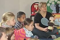 Interaktivní divadlo si  užily děti z MŠ Pionýrů. Andrea Ungrová (na snímku) je současně ilustrátorkou publikace.