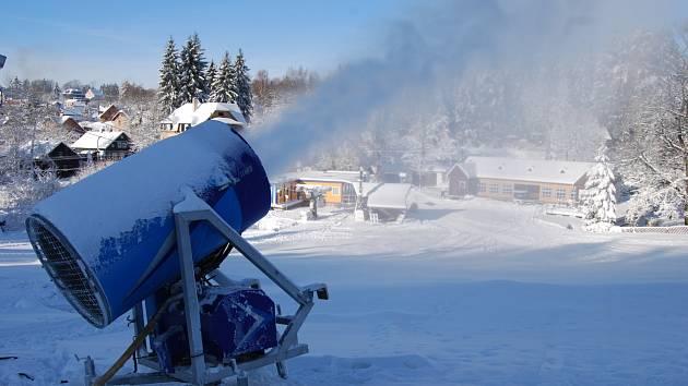 SNĚHOVÁ DĚLA chrlí na horách technický sníh. Vyznavači zimních sportů si na své přijdou už o víkendu, kdy se jim otevřou první skiareály. Snímek je z horské Bublavy.