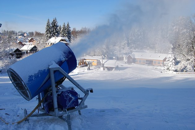 DÍKY tuhým mrazům jede v bublavském skiareálu naplno zasněžovací systém.