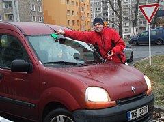 POVINNOSTI oškrábat auto se nevyhnula většina řidičů.
