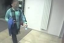 Muž nechal v bankomatu peníze, našly se. Teď se hledá majitel.