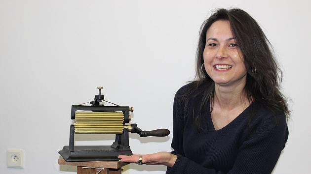 Jiřina Siváková získává exponáty i jako dárky. Jedním z nich je i tato žehlička na volánky.