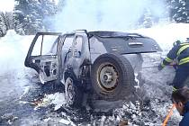 OSOBNÍ AUTO lehlo v Šindelové popelem během několika minut. Kvůli požáru byla uzavřená silnice ze Šindelové do Krásné Lípy. Řidič byl převezen do nemocnice.