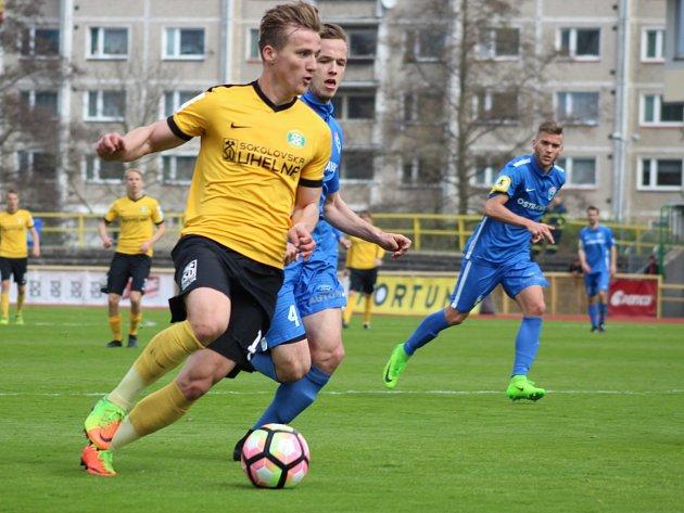 Fotbalisté Baníku Sokolov (ve žlutém) remizovali doma s Vítkovicemi 1:1.