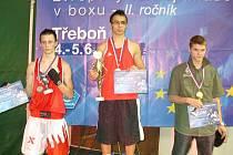 Filip Coufal (zcela vlevo) na stupních vítězů
