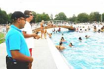 ASISTENT prevence kriminality a správce koupaliště Karel Koutecký při obchůzce kolem bazénů dohlíží na pořádek a bezpečí návštěvníků.