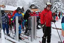 ZÁCHRANÁŘE těší, že na horách přibývá lyžařů, kterým nechybí ve výbavě helma.