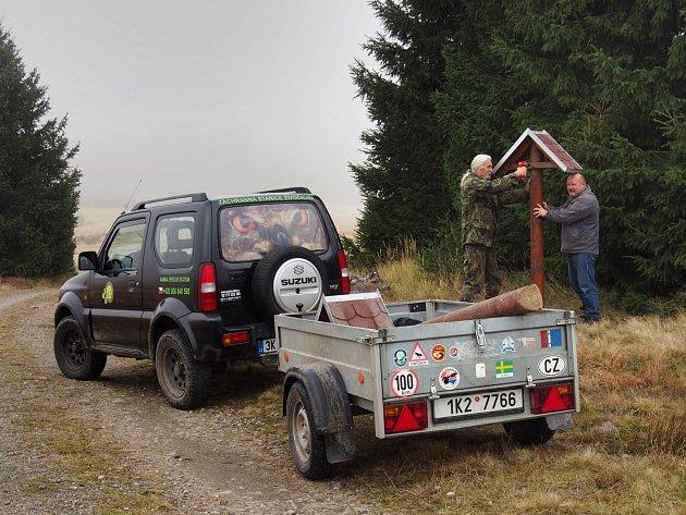 V NÁRODNÍ přírodní rezervaci vznikají naučné stezky, po kterých by měli lidé chodit, aby nedrancovali tamní přírodu. Na snímku dobrovolníci z Drosery.