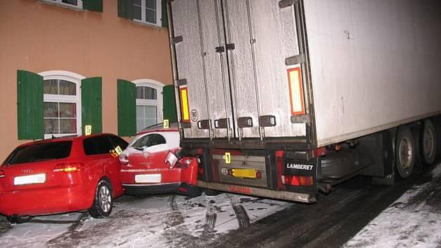 Nehoda nákladního auta.