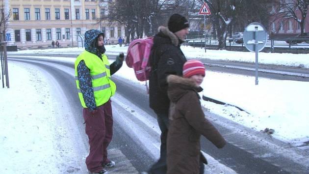 DOBROVOLNÍCI u přechodů zatím hlídkují v Sokolově. Od září by se ale mohli objevit i v Chodově. Jejich služby se osvědčují hlavně při snížené viditelnosti, kdy třeba sněží nebo prší.