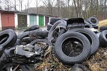 Jedna z několika hromad pneumatik v Těšovicích.