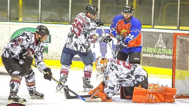 HC Falcons Sokolov - HC Libavské Údolí B (v červenomodrém)