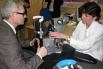 Oční oddělení v Sokolově má nový laser.