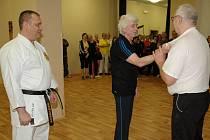 Jiří Matouš (vlevo) sleduje nácvik sebeobrany