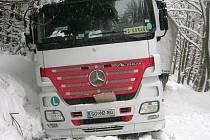 ŘIDIČE v zimním období často navigace zavleče na silnice nižších tříd, kde se ani neprovádí zimní údržba. Ti se tak dostávají do velkých potíží, protože se z místa nemohou dostat.