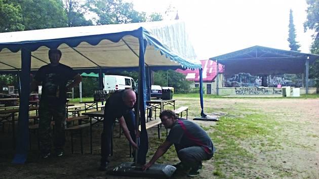 ROCKOVÉ SADY. Přípravy na festival vrcholí. Pořadatelé chystají zázemí pro fanoušky i kapely.
