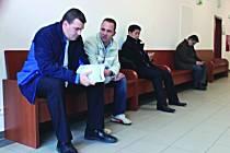 POLICISTÉ z Kynšperka Pavel Herink a Lukáš Mikeš u Okresního soudu v Sokolově. Nad obviněním jen kroutí hlavou. Auto Vietnamců podle svých slov nikdy nezastavovali.