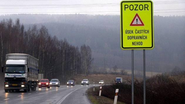 Na silnici I/6 jsou nové výstražné značky.