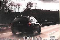 Po dálnici se cizinec proháněl 180 km/h.