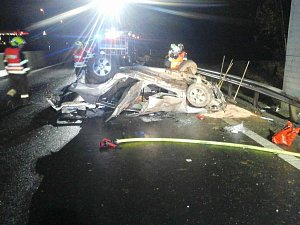 Dva dospělí a tříleté dítě zůstali zaklínění ve zdemolovaném autě na dálnici D6.