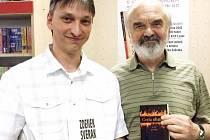 Jiří Drašar (vlevo) dnes zavítá na besedu do sokolovské knihovny.