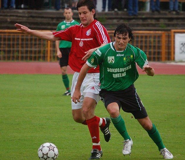 Záložník David Čada (v zeleném).