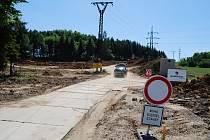 Parkoviště bude mít výhodu v tom, že vjezd na něj nebude jen z Mánesovy ulice, ale také přímo z ulice K. H. Borovského, vedoucí k rychlostní silnici R6 (na snímku)