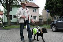 V ULICÍCH MĚSTA. Josef Krajčovič při procházce se svou věrnou pomocnicí – fenkou Dorinkou