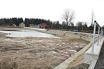 RYBNÍK TAJCH. Obec se pustila do oprav bortící se hráze. Nyní už rybník znovu napouští.