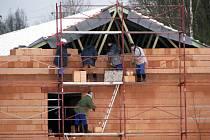NOVÉ ZÁZEMÍ pro sportovce nabídne šatny či sociální zařízení. Moderní areál vzniká u statku Bernard v Královském Poříčí.