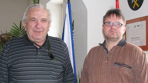 Ivan Stefan  (na snímku vlevo) předal pomyslné starostenské žezlo novému nástupci Michalu Skýbovi (vpravo).