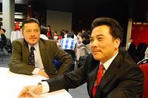 Předseda svazu Vietnamců Nguyen Duy Nhat (vpravo) a Nguyen Thanh Binh z Kraslic