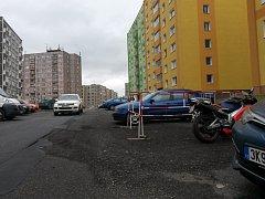 Sokolovská ulice Spartakiádní se v některých místech už propadá
