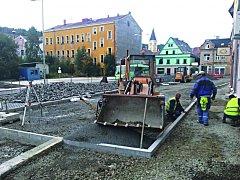 NOVÉ parkoviště vzniká nyní místo bývalého autobusového nádraží. Město chce další postavit i v okolí sídlišť.