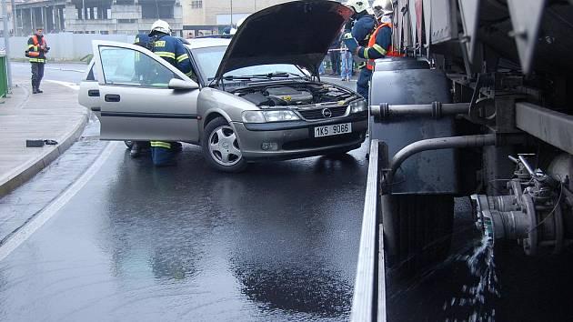 CISTERNA převážející nebezpečnou látku se srazila na novém mostě ze Sokolova do Královského Poříčí s osobním autem. V něm zůstali dva zranění. Z cisterny navíc unikala nebezpečná látka. Takový byl scénář cvičení.