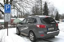 PARKOVÁNÍ. V loňském roce Krajková investovala do výstavby parkovacích ploch na zdejším sídlišti. Stavba vyšla zhruba na šest set tisíc korun.