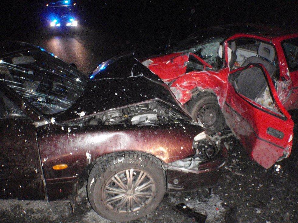 Při srážce dvou osobních automobilů u Vřesové došlo ve čtvrtek večer ke zranění tří osob.