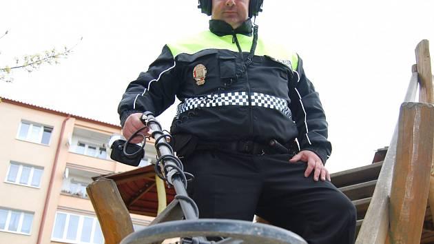 Velkým pomocníkem strážníků je detektor kovů